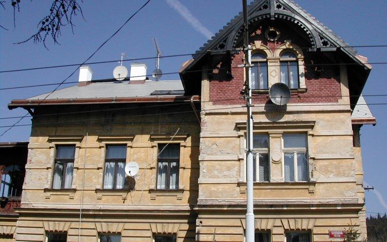 Oprava střechy činžovního domu
