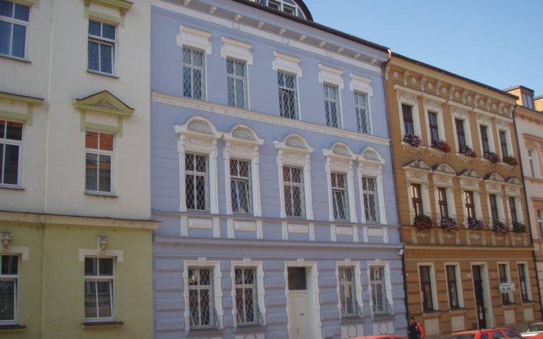 Fasáda řadového domu v Plzni