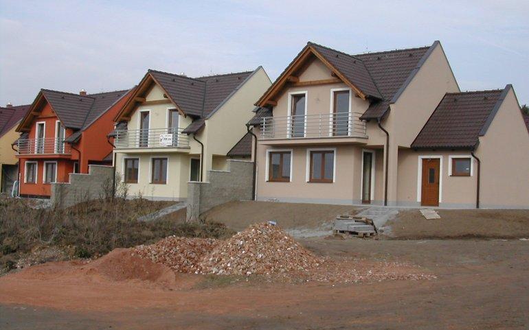 Střechy řadových rodinných domů v Losiné u Plzně