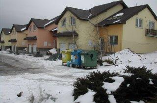 Střechy řadových domů u Plzně
