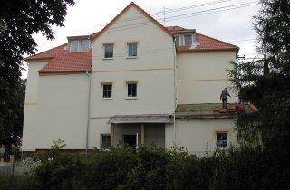 Dokončení střechy na bytovém domě v Pernarci