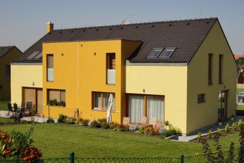 Střechy rodinných dvojdomků v Tachlovicích