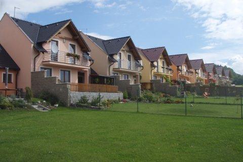 Střechy řadových rodinných domů - Losiná u Plzně