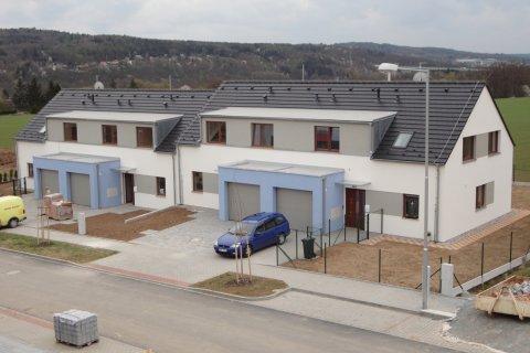 Střechy rodinných domů v Radobyčicích u Plzně